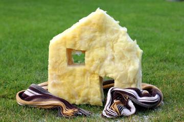 Haus aus Dämmstoff mit Schal drumherum