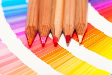 crayons de couleur orange rouge rose sur un nuancier