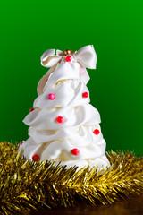 Albero di Natale fatto a mano, con palline sfondo verde