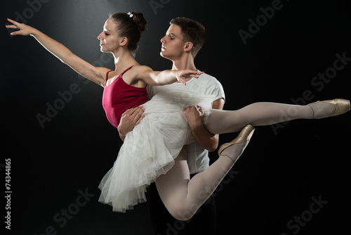 Staande foto Dance School Young Couple Ballet Dancer Dancing