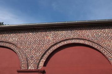 mur en briques avec arches