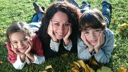 Familia sobre césped y hojas