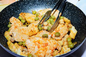 Bistecche in padella con carciofi e olive verdi