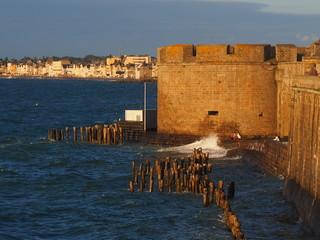 St. Malo, Stadtmauer und Bauwerk