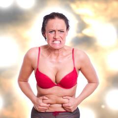 Frau frustriert über ihr Bauchfett