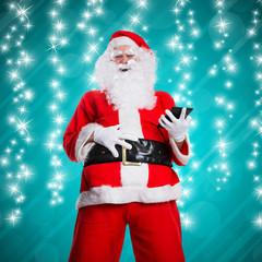 lachender Weihnachtsmann mit Tablet