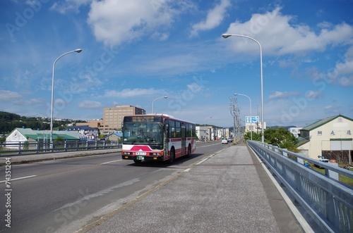橋を走るバス