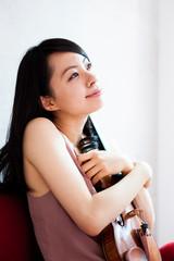 ヴァイオリンを抱いた女性