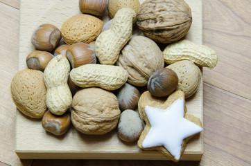 Nüsse in Holzschale