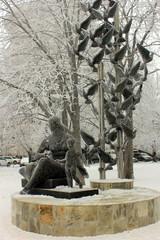 скульптура с летящими голубями