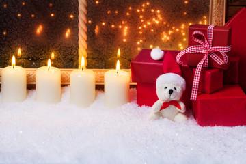 Teddy mit Kerzen und Geschenke