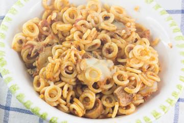 Piatto di pasta al sugo visto dall'alto