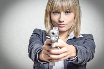Blonde Frau mit Pistole