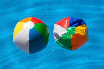 Zwei bunte Plastikbälle