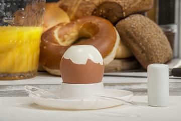 Gekochtes Ei auf dem Frühstückstisch, Orangensaft