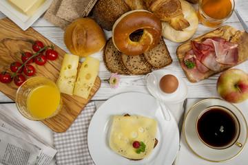 Frühstückstisch mit  Käsebrot, Schinken und , Kaffee