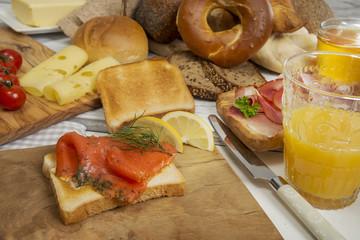 Frühstück mit Graved Lachs Toastbrot, Orangensaft