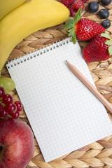 Notizblock mit Bleistift auf Bambusmatte