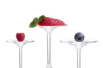 Himbeere, Erdbeere, Heidelberer auf Glas präsentiert