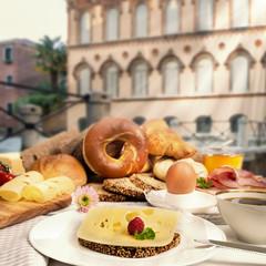 Frühstück im Cafe, Käsebrot, Schinken Ei, Kaffee, Brötchen