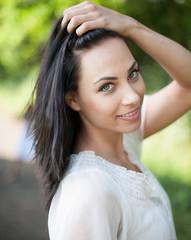 Portrait einer hübschen jungen Frau mit schwarzen Haaren