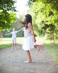 Kleines Mädchen spring Seil im Park