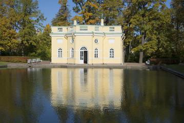 Вид на павильон Верхней ванны золотой осенью. Царское Село