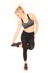 Frau prüft Schuhsohle ihrer Sportschuhe