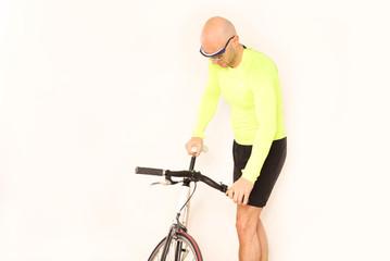 Fahrradfahrer von Rad abgestiegen