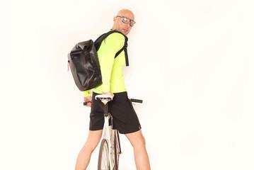 Fahrradkurier blickt zurück