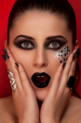 Восторг девушки с макияжем