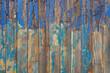 Hintergrund zerstörter Holzschutzlack vor und nach Anschliff