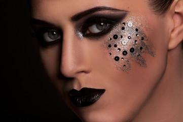 Девушка с красивым  тёмным макияжем