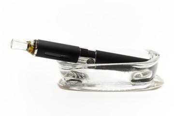 Sigaretta elettronica sul posacenere pulito