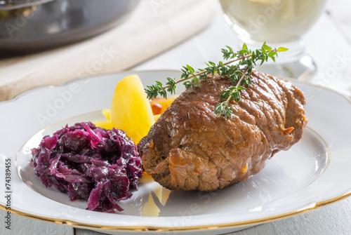 Rouladen vom Rind mit Kartoffeln und Rotkohl - 74389455