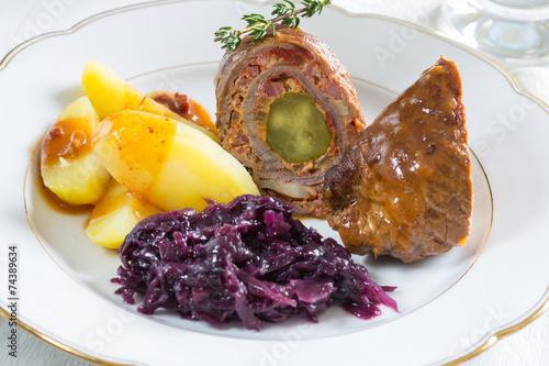 Papiers peints Table preparee Rouladen vom Rind mit Kartoffeln und Rotkohl