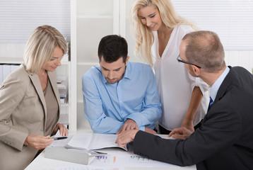 Geschäftsleute arbeiten im Team: Besprechung im Büro