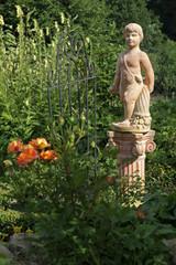 Garten mit Statue und Rosen