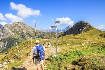 Wanderer mit Bergpanorama