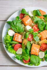 Salad with salmon, spinach and mozzarella