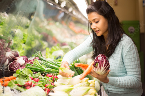 Leinwanddruck Bild Closeup portrait woman grocery shopping