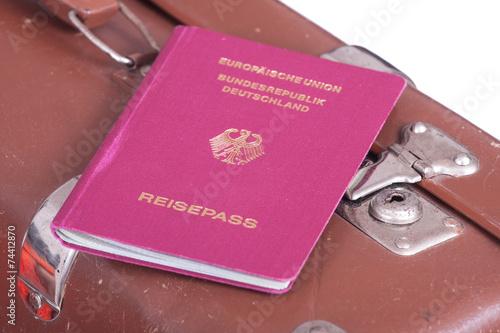 canvas print picture Passport auf einem alten Koffer