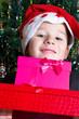 kleiner Junge mit Weihnachtsgeschenke