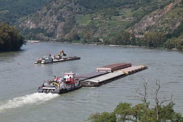 Donau - 004 - Schifffahrt - Bagger