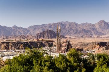 Blick auf Sharm el Sheikh und Moschee mit Sinai Bergen und Wüste