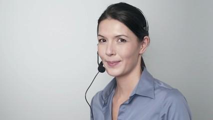 Mitarbeiterin in einem Callcenter spricht mit Headset