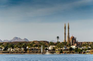 Blick auf Sharm el Sheikh und Moschee mit Sinai Bergen und Meer