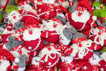 Weihnachtsmänner aus Stoff am Adventmarkt