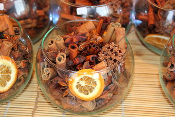 Zimtstangen, Gewürznelken und Orangen