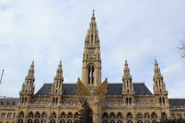 Der Wiener Christkindlmarkt mit dem Rathaus im Hintergrund